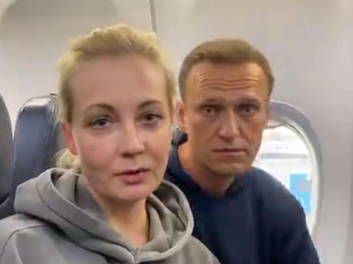 Навальный летит в Россию